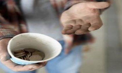 Ruba gli spiccioli ad artista di strada cieco: bloccato dalla polizia