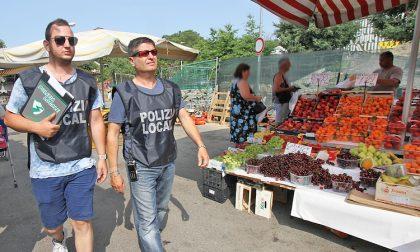 Blitz contro gli abusivi al mercato: sequestrati 80 chili di alimenti