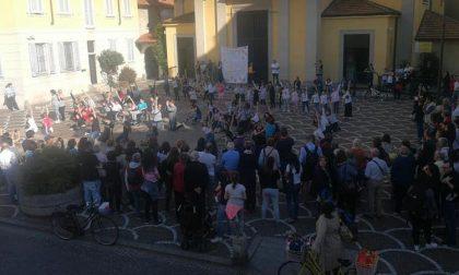 Gli Ugualmente Artisti incantano Corsico con un flash mob FOTO