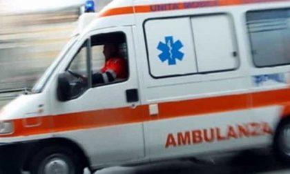 Incidente tra auto: due feriti e strada bloccata