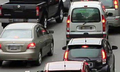 Auto contro moto: un ferito grave e traffico paralizzato