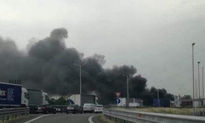Veicolo in fiamme sulla Tangenziale Ovest: traffico paralizzato FOTO
