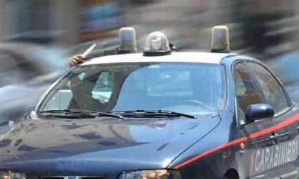 Tre uomini inseguiti dai carabinieri, uno riesce a scappare e spara ai militari