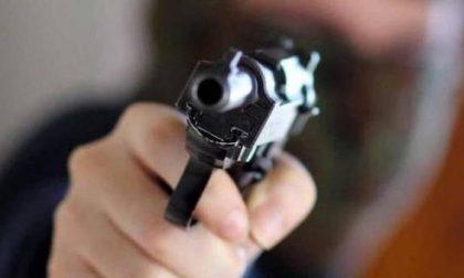 Rapina supermercato armato di pistola: caccia all'uomo