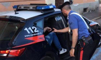 Ruba al centro commerciale e aggredisce i carabinieri: arrestato 17enne