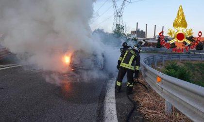Auto in fiamme sulla Tangenziale Ovest: traffico rallentato FOTO