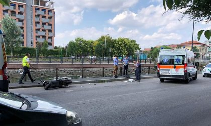 Caduta da moto lungo il Naviglio: due feriti