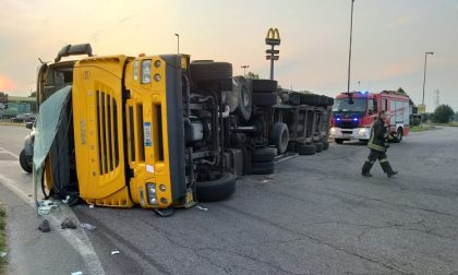 Camion si ribalta lungo la provinciale: traffico paralizzato e autista ferito