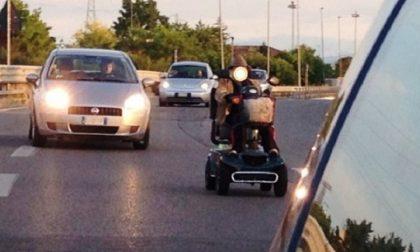 In tangenziale con carrozzina elettrica: 90enne salvato dalla polizia stradale