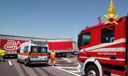 Tir fuori strada: traffico paralizzato sulla A1 e tangenziale FOTO