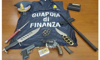 Pistole, proiettili, coltelli: scoperto un arsenale in casa