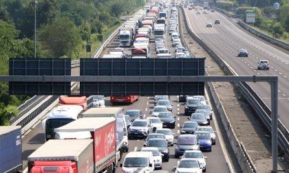 Incidente tra più macchine lungo l'A4, traffico paralizzato