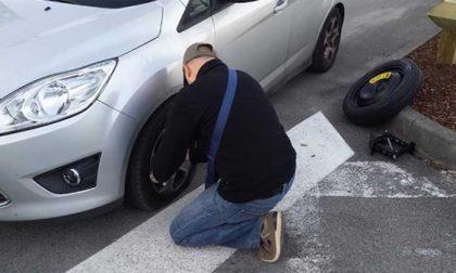 Tentano di rubare le gomme di un'auto: arrestati dalla polizia