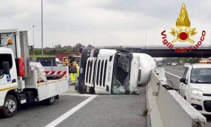 Camion si ribalta sulla A8: autista ferito FOTO