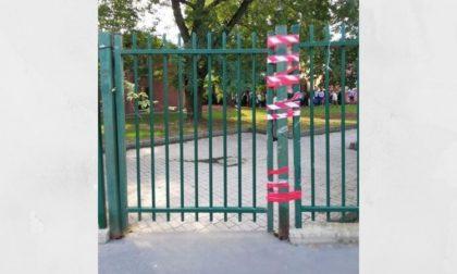 Cancello della scuola rotto da mesi, genitori sul piede di guerra