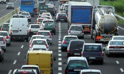 Ribaltamento lungo la A7: tre feriti e traffico paralizzato