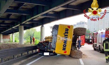 Ruspa travolge auto sull'autostrada: guidatore illeso FOTO