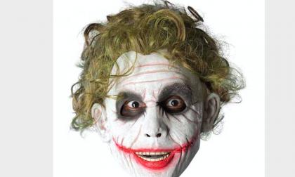 Gira in metro vestito da Joker con una pistola finta: denunciato