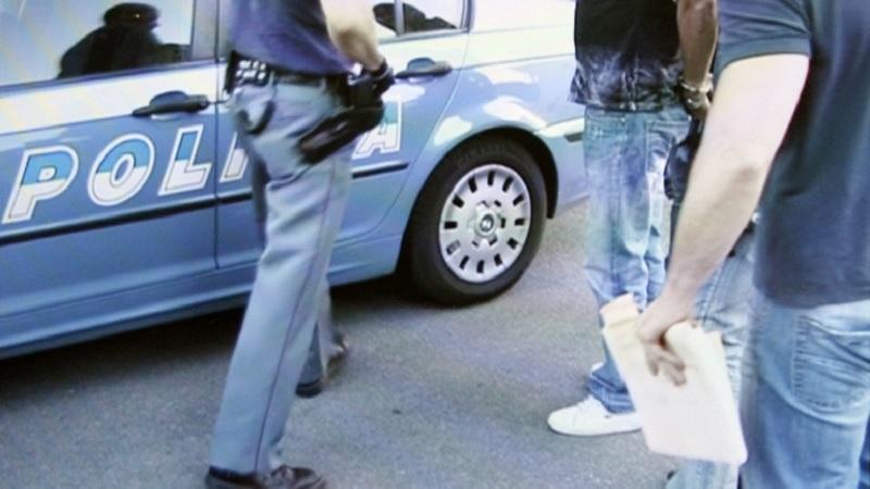 aggrediscono poliziotti
