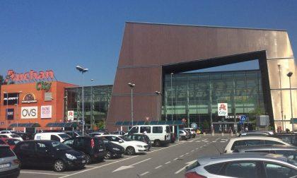 Donna scippata al parcheggio dell'Auchan: auto del ladro già rintracciata