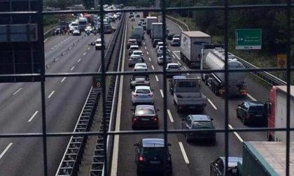 Incidente tangenziale ovest: traffico paralizzato e code per chilometri