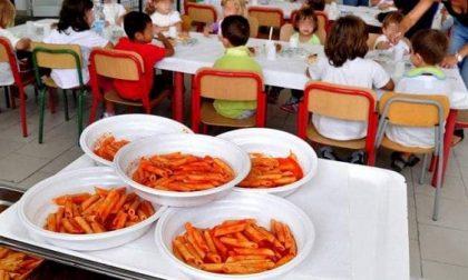Mensa gratis a Rozzano, il primo pasto lo serve il sindaco