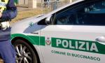 In macchina con droga e due coltelli: fermato dalla polizia locale di Buccinasco
