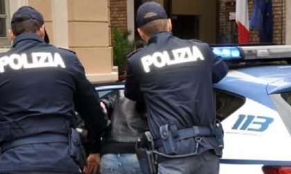 Spacca la vetrina di un negozio e ruba il fondo cassa: arrestato
