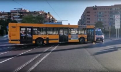Auto contro mezzo Atm: sei feriti, una 42enne in condizioni gravissime