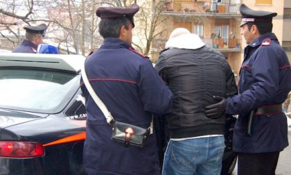 Picchia la ex con un bastone e la chiude a chiave con un complice: arrestati