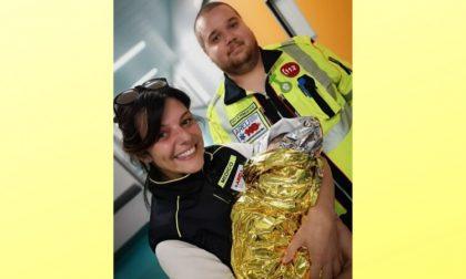 Mamma partorisce in ambulanza assistita dai soccorritori
