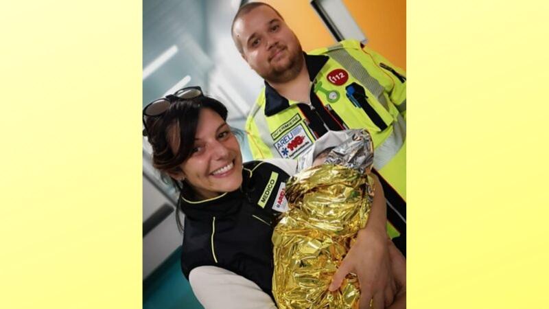 partorisce in ambulanza