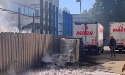 Incendio all'esterno del capannone: a fuoco contenitori di plastica