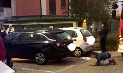 Gattino incastrato sotto una macchina: pompieri, agenti e cittadini lo salvano