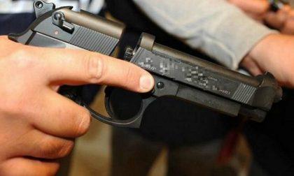 Poliziotto fuori servizio scopre un uomo con una pistola