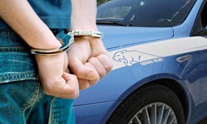 Minaccia ed estorce più di 50mila euro agli anziani genitori: arrestato 36enne
