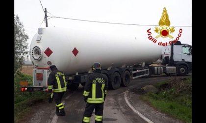 Cisterna piena di gpl esce di strada in curva: intervento dei vigili del fuoco