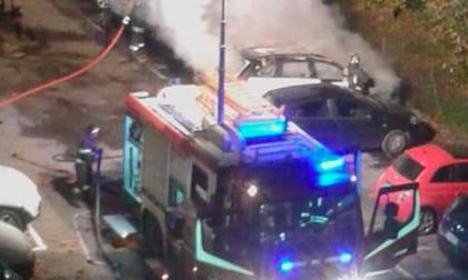 Quattro macchine in fiamme nella notte: i pompieri domano il rogo