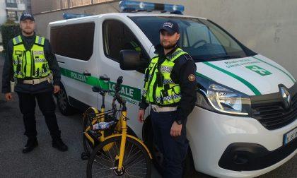 Gira su una bici Ofo manomessa: denunciato per ricettazione dalla polizia locale
