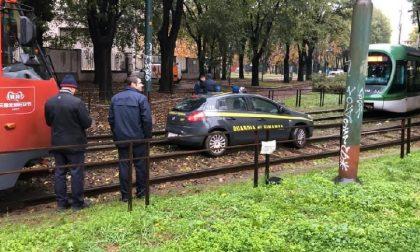 Auto della Finanza finisce sulle rotaie del tram: traffico in tilt