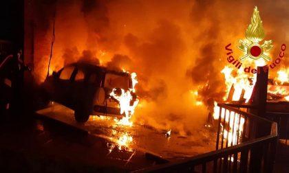 Cinque macchine in fiamme: intervento dei vigili del fuoco per domare l'incendio