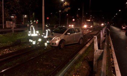 Manovra sbagliata, auto finisce sulle rotaie del tram 15