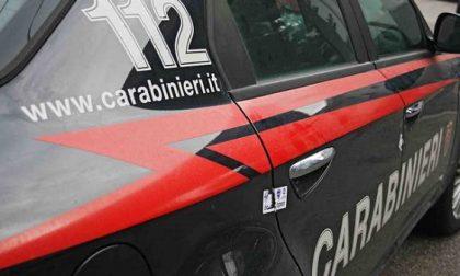 Ragazzini prendono a sassate l'ambulanza e la macchina dei carabinieri