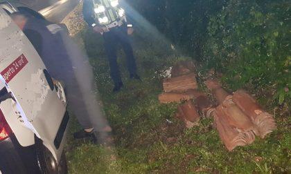Scarica tegole nella roggia: fermato e multato dalla polizia locale