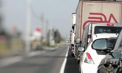 Incidente sulla strada provinciale: donna rimasta incastrata in auto