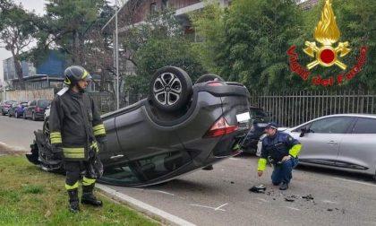 Incidente tra due auto, una si ribalta in mezzo alla strada FOTO