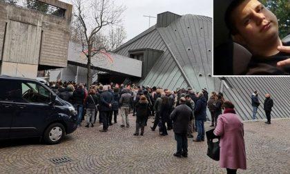 Trecento persone per l'ultimo saluto a Simone Galli