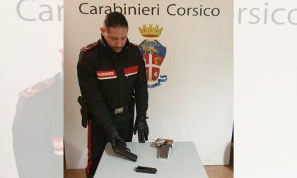Minaccia la moglie e i figli piccoli con una pistola, li salvano i carabinieri