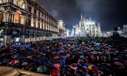 Le Sardine riempiono piazza Duomo: in 25mila sotto la pioggia