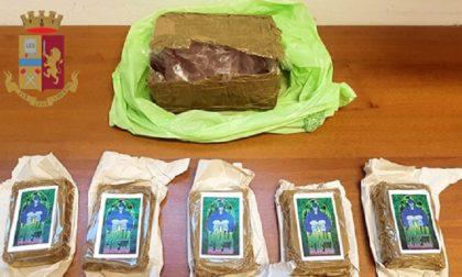 Scappa con pacco di hashish: arrestato
